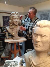 """CRISTIAN PETRU BALAN lucrând la statuia pilotului american erou, Lt. Edward H. Butch O""""Hare, destinată Muzeului O""""Hare"""