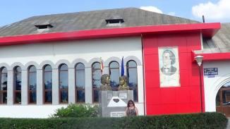 grupulstatuar veronica micle si mihai eminescu realizat de cristian petru balan,creatorul si  celui mai mare portret pictat al lui eminescu -pe fatada casei de cultura boldesti scaieni