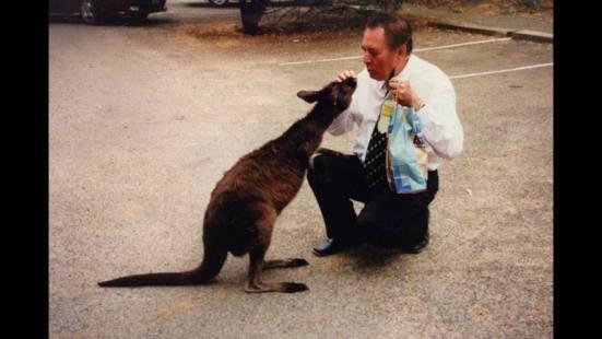 scriitorul cristian balan din sua .ajuns in australia ,primeste primul sarut de la... un cangur dragalas